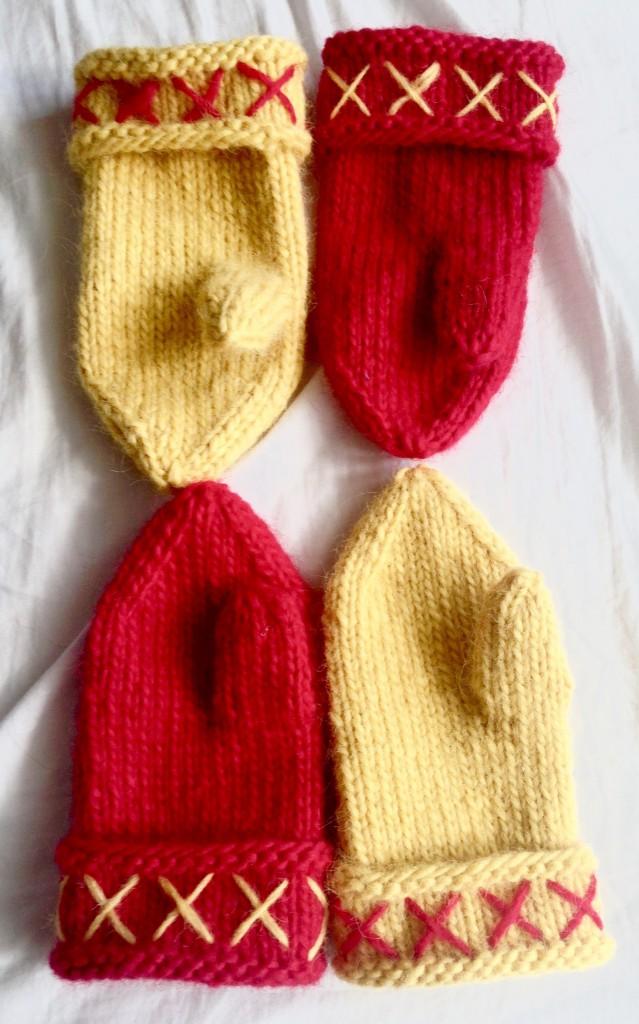 Bild på ett par röda och ett par gula lovikkavantar.
