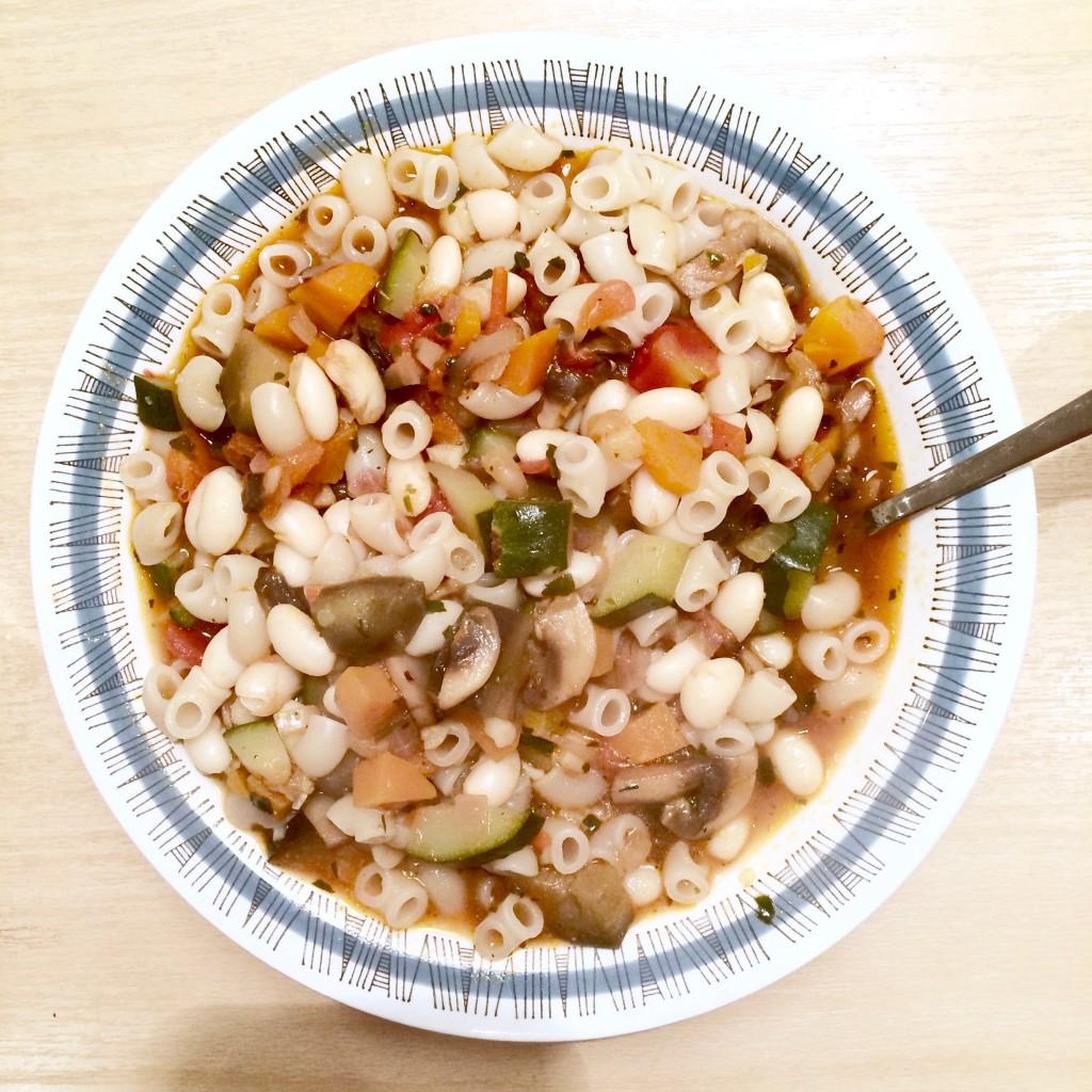 Bild på soppa med makaroner i djup tallrik.