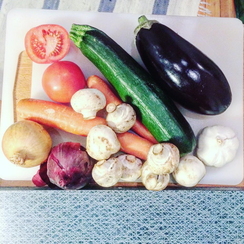 Bild på råa grönsaker på en skärbräda